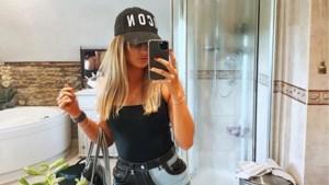 Vrouw deelt selfie, maar ziet niet wat haar vriend in de achtergrond doet