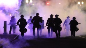 """Amerikaanse beroemdheden schreeuwen verontwaardiging uit na dood van zwarte man door politieagent: """"Niemand verdient zo'n dood"""""""