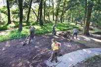 Jagers herstellen grasveld B&B na doortocht van everzwijnen