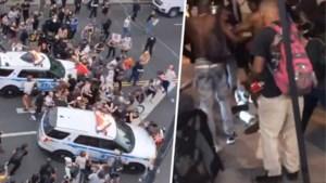 Rellen in VS lopen totaal uit de hand: politiewagens rijden betogers omver in New York