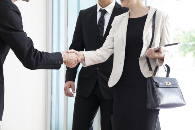 Wekelijkse bevraging UAntwerpen: meer mensen geven elkaar opnieuw zoen of hand