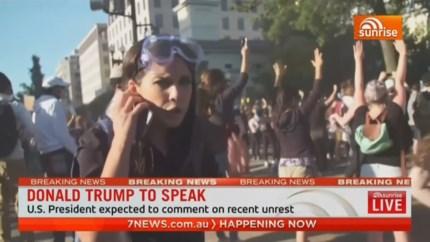 Nieuwsploeg wordt hardhandig aanpakt door Amerikaanse politie tijdens live verslag