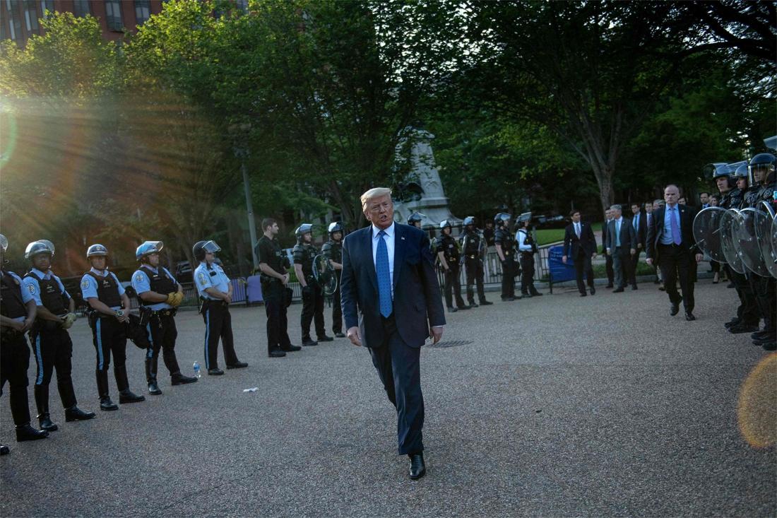 Zware kritiek op hardhandig verwijderen betogers voor fotoshoot Trump