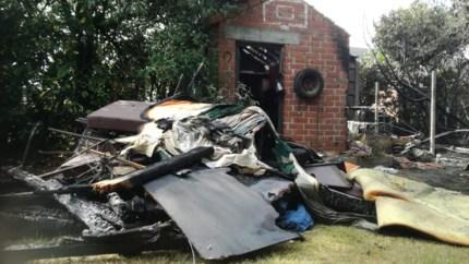 Brand verwoest kampeeraanhangwagen en tuinhuisje
