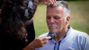 """Snor van Diepenbeekse burgemeester is er af na weddenschap: """"Brrr, heel raar"""""""
