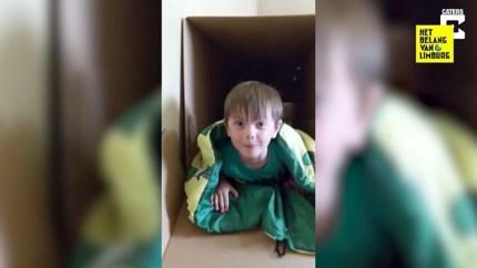 Papa bouwt coole schuifaf tijdens lockdown ... in karton