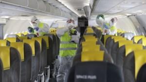 """Virologen waarschuwen: """"Het is vroeg om met veel mensen samen op een vliegtuig te zitten"""""""