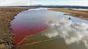 Rivier in Siberië kleurt dieprood nadat krachtcentrale brandstof lekt