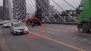 Jongetje bevindt zich op drukke autosnelweg met .. step