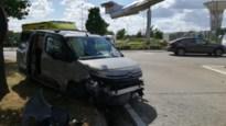 Auto met bejaard koppel belandt tegen rotonde in Peer