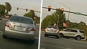 Ongeduldige bestuurder rijdt plots door rood licht en vermijdt op het nippertje botsing