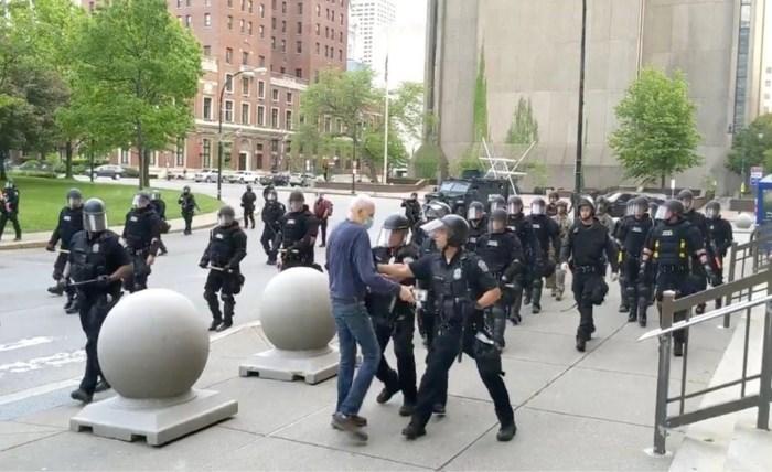 Oudere betoger krijgt duw van agenten, valt en bloedt uit het oor: agenten aangeklaagd
