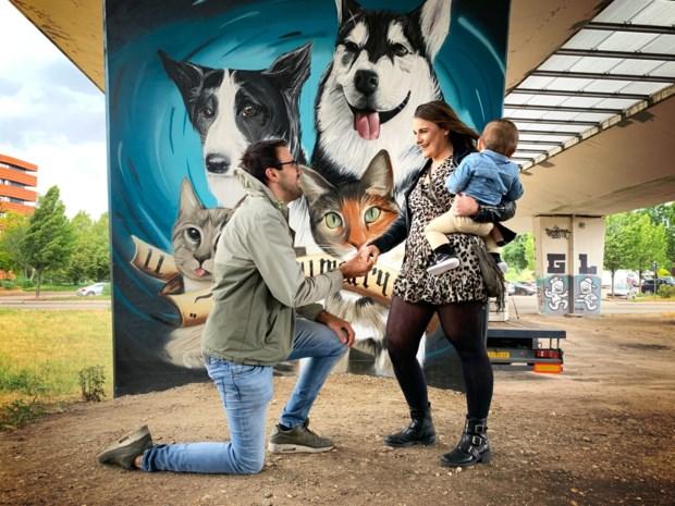 Billie vraagt Emma ten huwelijk met graffiti