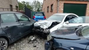 Auto vliegt door tuinmuurtjes en ramt twee voertuigen