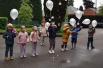 Kleuters De Kleurdoos herdenken overleden rusthuisbewoners met witte ballonnen