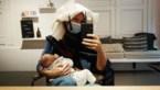 Nathalie Meskens geeft borstvoeding bij de kapper