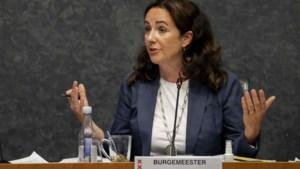 Amsterdamse burgemeester door het stof wegens protest op overvolle Dam
