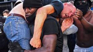 Beelden die de wereld rondgaan: Black Lives Matter-demonstrant redt gewonde extreemrechtse betoger