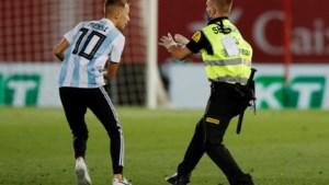 Messi alleen verrast door fan die veld bestormt