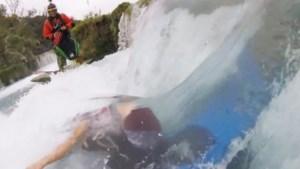 Kajakker komt onder water vast te zitten in waterval maar wordt op nippertje gered