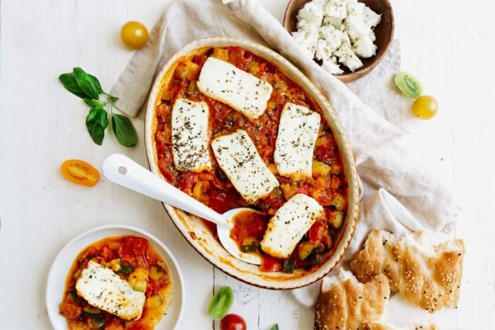 Sjiek zomerrecept: tomaat-haloumi ovenschotel