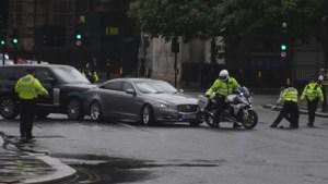 Auto Boris Johnson botst nadat chauffeur moet uitwijken voor demonstranten