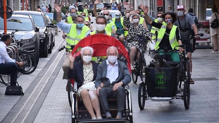 Lommel rijdt minder mobiele mensen rond in een fietsriksja