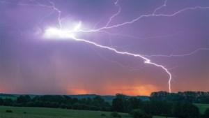 Moet je stekkers uittrekken, mag je douchen en andere vragen over onweer