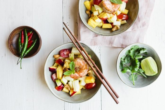 Sjiek zomerrecept: Thaise fruitsalade met gegrilde scampi's