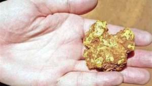 Eerlijke vinder brengt goudklomp van 30.000 euro terug naar 83-jarige eigenaar