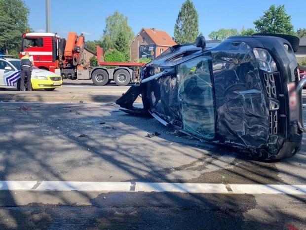Wagen over de kop op Oosterring in Genk, één gewonde