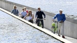 Drone filmt koninklijk fietstochtje door het water