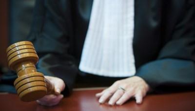 Halfnaakte man krijgt 6 maanden cel omdat hij agenten in gezicht spuwt