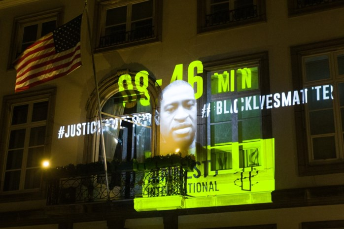 Amnesty projecteert beeltenis George Floyd op ambassade VS in Brussel