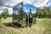 Muziek luisteren in glazen kubus