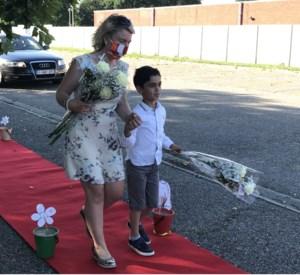 Kleuters en laatstejaars VOX Pelt halen diploma af via drive-trough