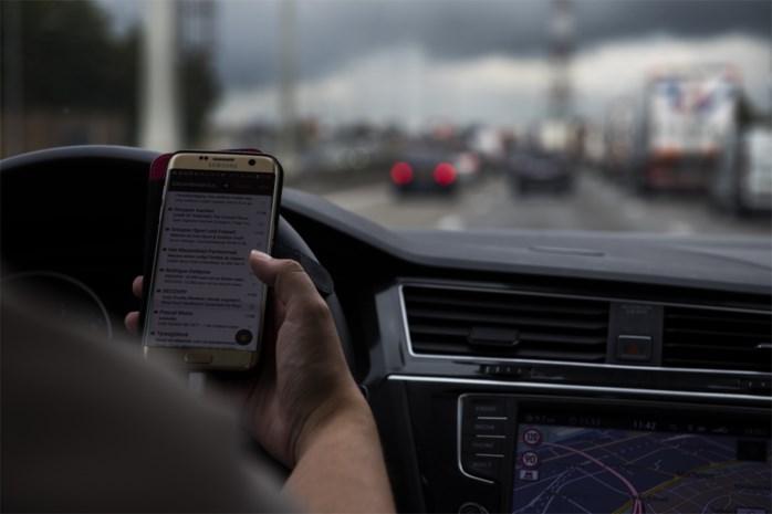 Kwart Belgen geeft toe achter het stuur te sms'en