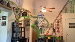 Man bouwt metershoge achtbaan in zijn appartement ... met Knex