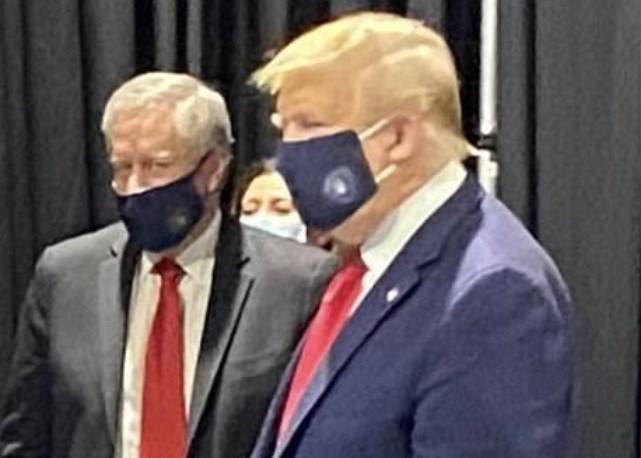 """Trump laat zich voor het eerst zien met een masker: """"Ik lijk wat op the lone ranger"""""""