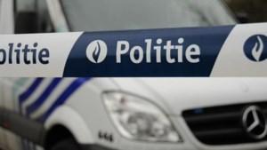 Wagen belandt in water na achtervolging door politie, twee inzittenden ongedeerd