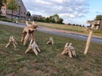 """In Meeuwen wensen de (houten) wolven je een """"prettig verlof"""""""