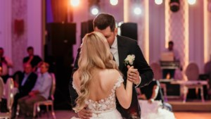 """Experten misnoegd nu dansen op trouwfeest toegelaten wordt: """"Moet je vooral doen als je opflakkering van het virus wil"""""""