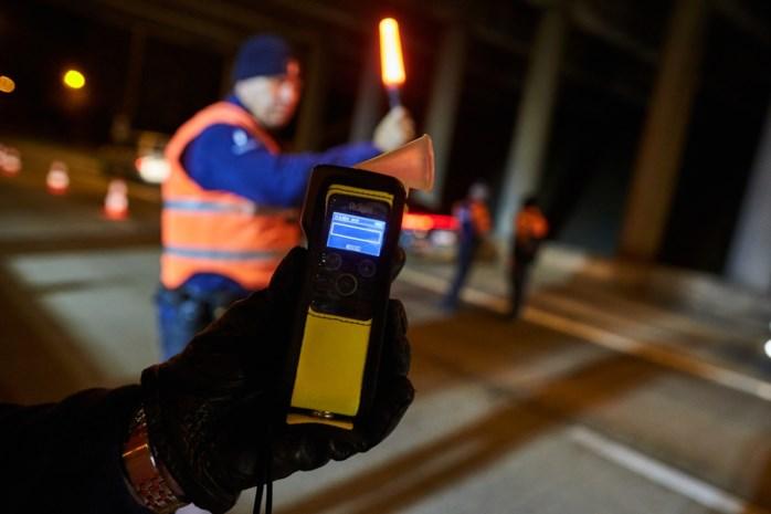37-jarige dronken vrouw die over weg zwalpte, speelt rijbewijs kwijt in Maaseik