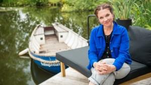 """Siska Schoeters bekijkt de zomer vanaf haar vijver voor Radio 2: """"We moesten hier eens voor de kikkers vluchten, midden in de nacht"""""""