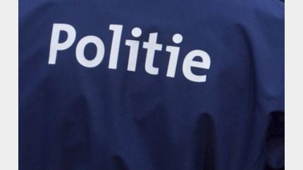 Politie helpt zieke man uit auto in Lanklaar