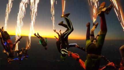 Spectaculaire beelden: skydivers springen uit vliegtuig met vuurwerk aan hun voeten