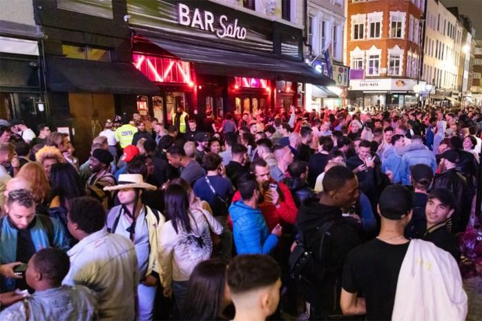 Britten mogen terug naar de pub: razend druk, amper social distancing