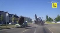 Wiel van tractor valt af en raakt twee voorbijrijdende auto's