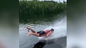 Waterskiër doet push-ups tijdens het surfen