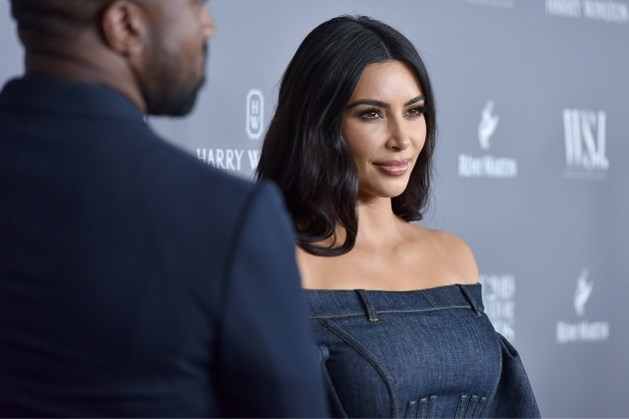 Kim Kardashian kiest voor drastische en vurige nieuwe look